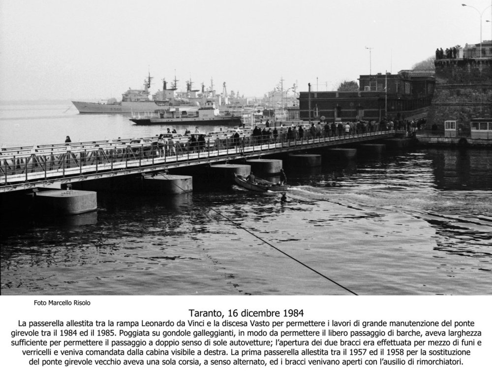 110 Taranto ponte di barche-16dic1984 betasom.jpg