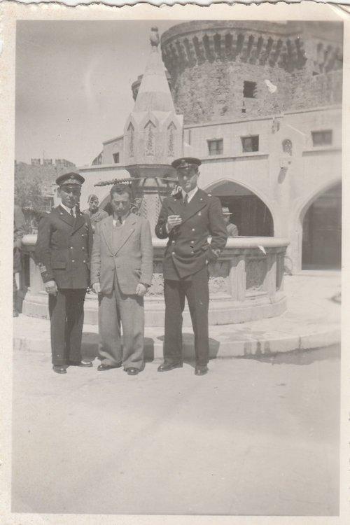 Equipaggio Sommergibile Galatea Rodi Piazza Ippocrate 04-1942.jpg